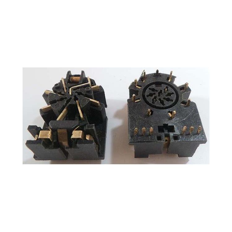 pěti-osmi zásuvka DIN do DPS s dvojitým vypínačem